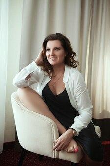 La donna che indossa un look casual è in posa in una stanza