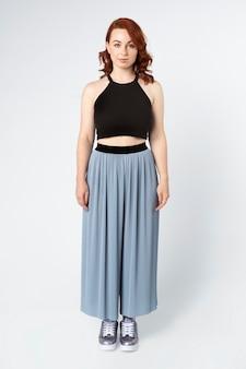 Donna che indossa un top corto e pantaloni con gonna