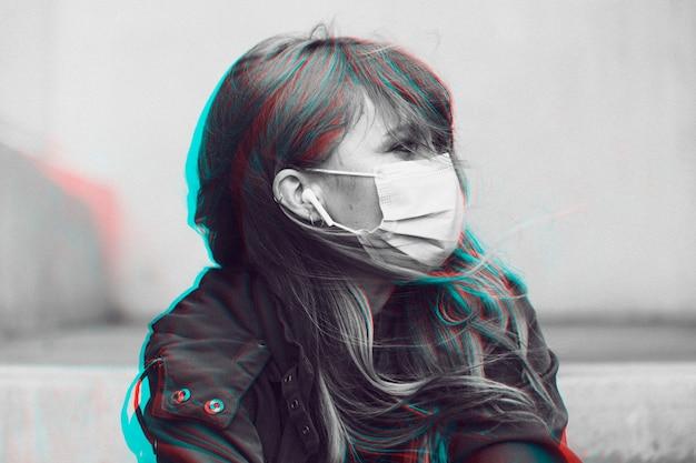 Donna che indossa una maschera facciale in un modello sociale pubblico