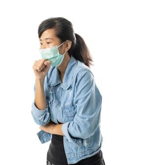 Donna che indossa maschere per la protezione da virus