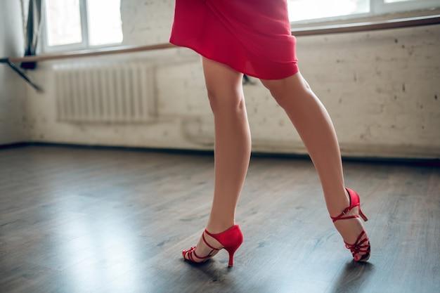Donna che indossa tacchi eseguendo routine di danza