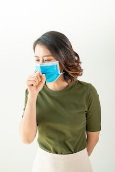 Donna che indossa una maschera per evitare virus e sensazione di malessere
