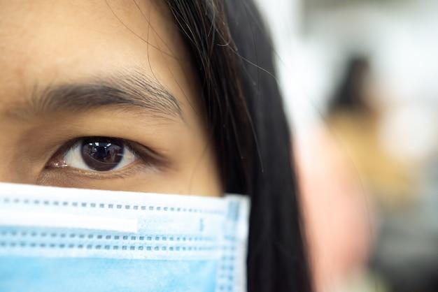 Donna che indossa una maschera protettiva contro l'epidemia di influenza covid19