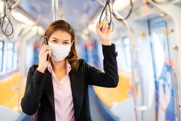 Donna che indossa una maschera in metropolitana.