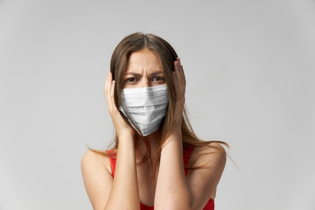 Donna che indossa una maschera medica