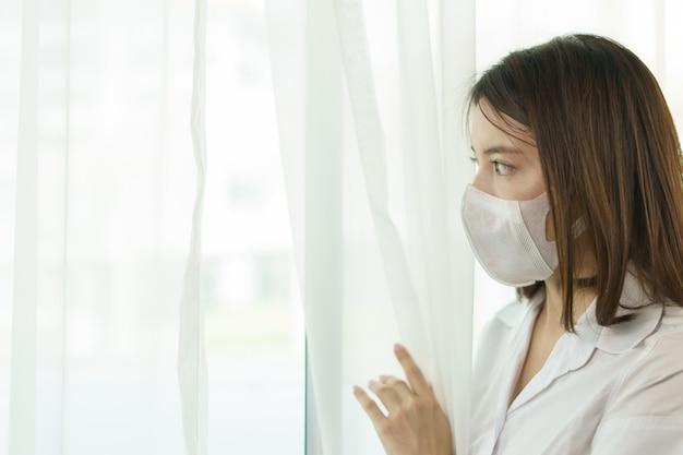 Donna che indossa occhiali protettivi e maschera, per evitare la diffusione del coronavirus.