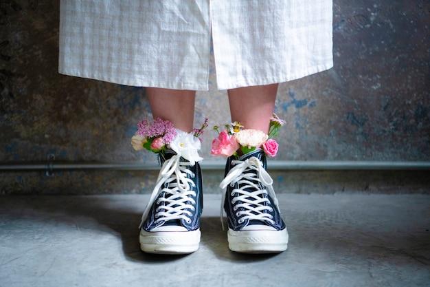 Donna che indossa scarpe con fiori
