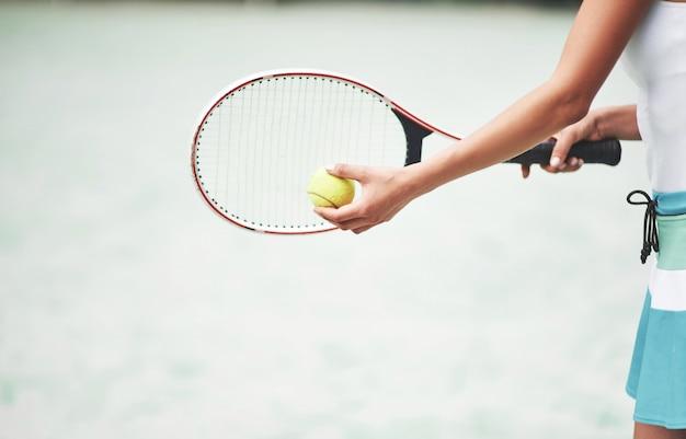 Una donna che indossa una pallina da tennis sportswear.