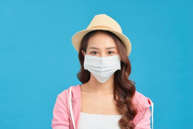 Donna che indossa abiti alla moda primaverili e estivi durante la quarantena dell'epidemia di coronavirus.
