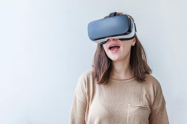 Donna che indossa utilizzando la realtà virtuale vr occhiali casco auricolare