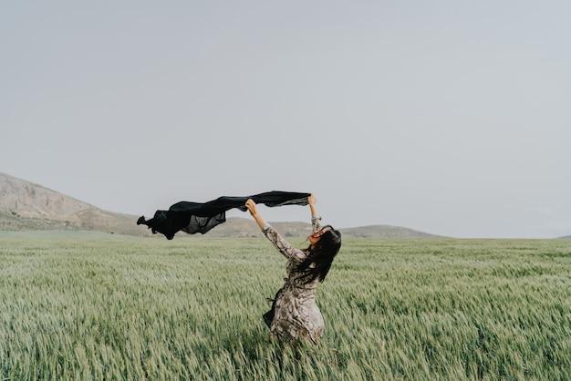 Donna nei campi di grano