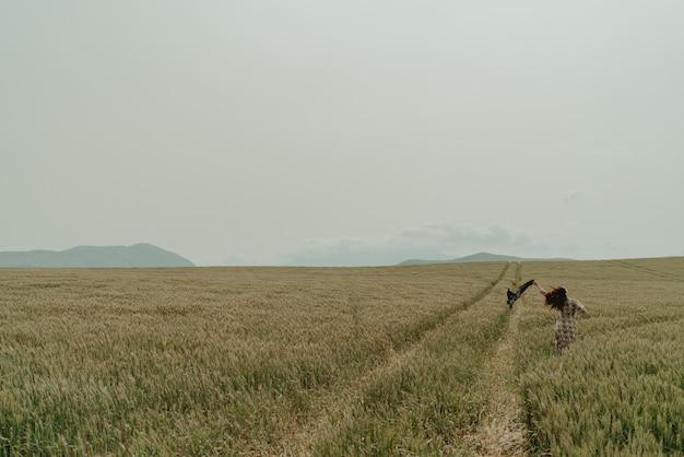 Donna nel grano del paesaggio della spagna