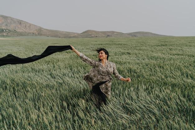 Donna nel grano della spagna una giornata ventosa