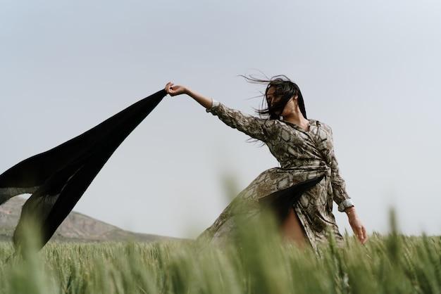 Donna nel grano della spagna