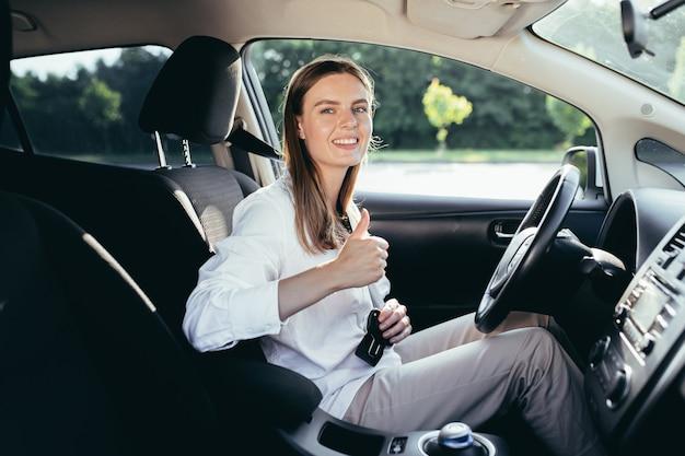 La donna al volante pizzica la cintura di sicurezza