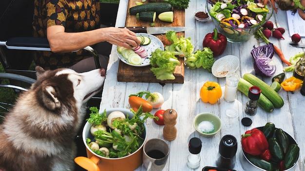 Donna su una sedia a rotelle preparare verdura
