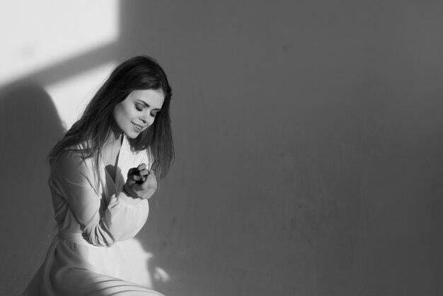 Donna in abito bianco foto in bianco e nero questa è una codifica del modello