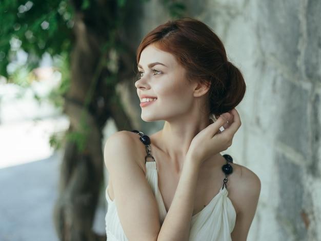 Donna in abito bianco decorazione mitologia principessa estate glamour. foto di alta qualità