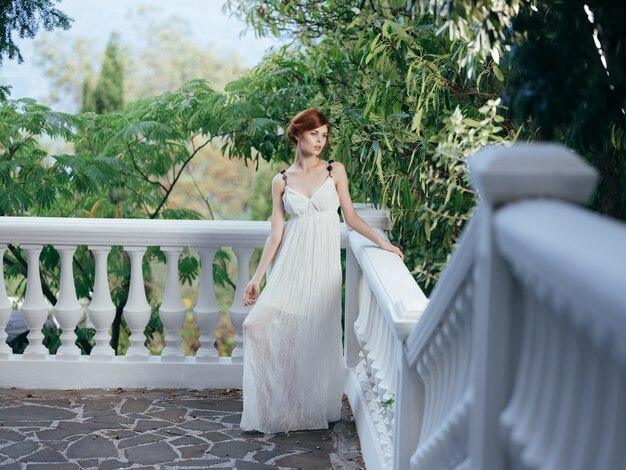 Donna in abito bianco stile greco moda posa mitologia