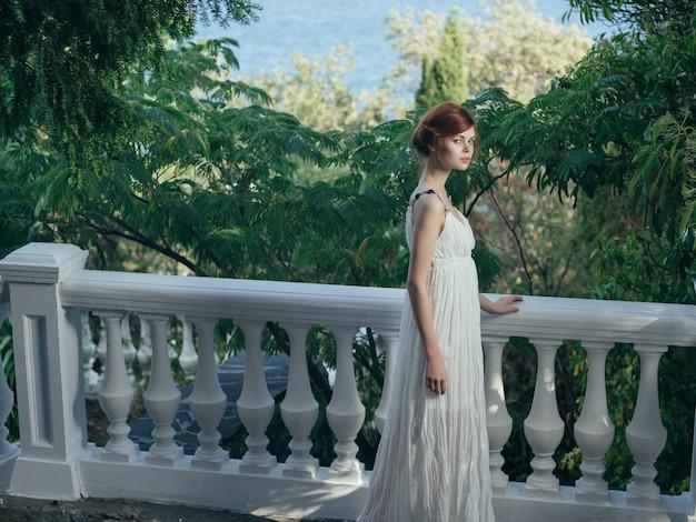 Donna in abito bianco sulla regina della mitologia della natura