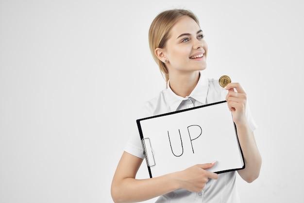 Donna in camicia bianca moneta raccolta di criptovaluta