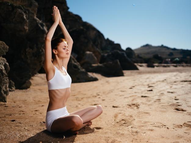 Donna in costume da bagno bianco spiaggia paesaggio lifestyle estate