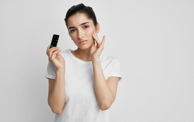 Donna in maglietta bianca pillole problemi di salute medicina trattamento