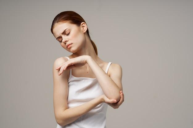Donna in t-shirt bianca problemi con l'osteoporosi dolore tronchi