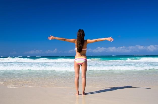 La donna che si rilassa sulla spiaggia