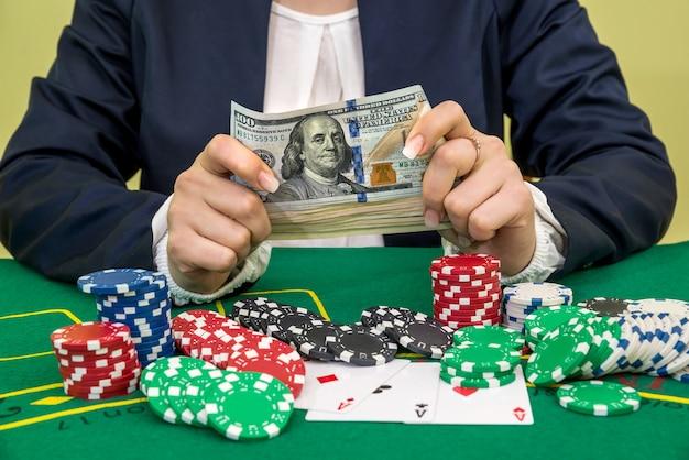 La donna vince banconote da un dollaro, carte da gioco e fiches