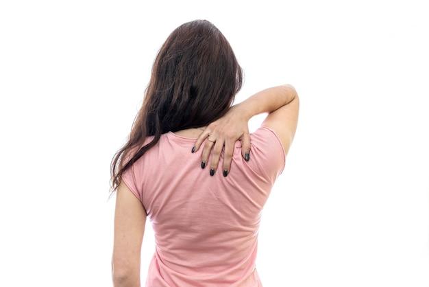 Donna con dolore al collo isolato su bianco