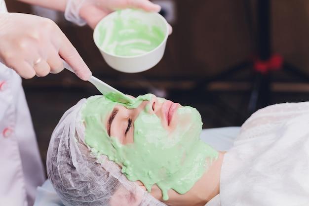 Donna con trattamento in crema alle alghe per la pelle
