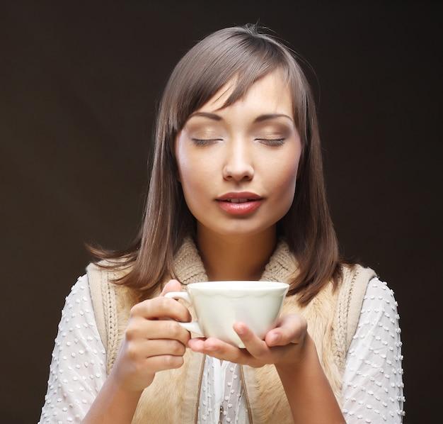 Donna con un caffè aromatico