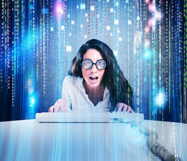 Donna con espressione stupita e occhiali con tastiera del computer