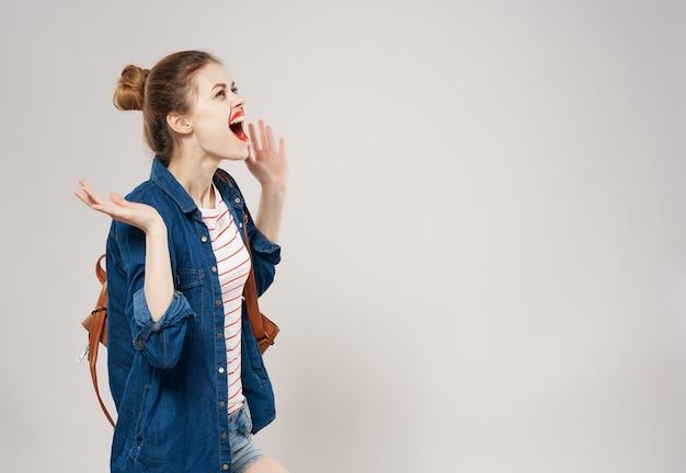 Donna con zaino moda in posa scuola sfondo isolato