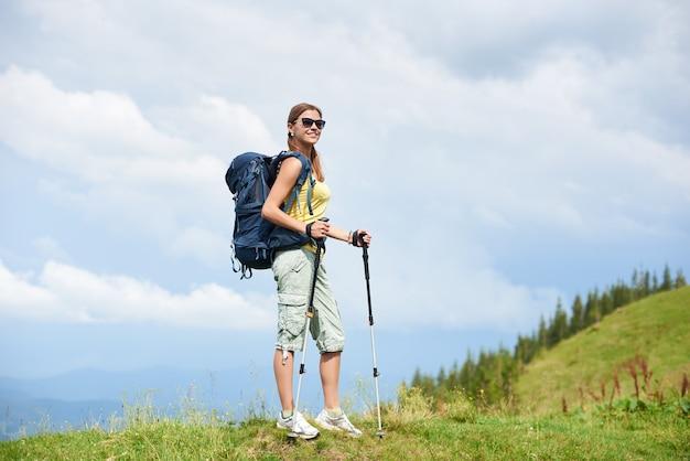 Donna con zaino, escursioni in montagna