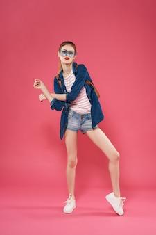 Donna con zaino in stile moderno studenti di moda