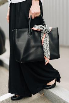 Una donna con una borsa sullo sfondo della città
