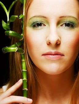 Donna con bambù sul nero