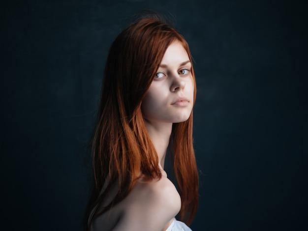 Donna con le spalle nude modella rossa