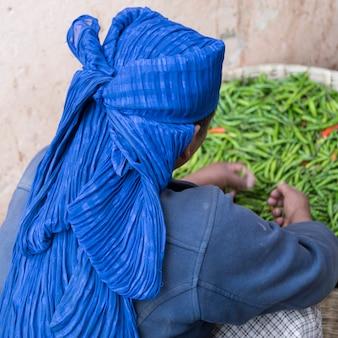 Donna con cesto di peperoncino verde, thimphu, bhutan