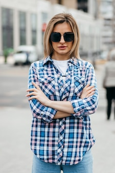 Donna con bel viso che indossa camicia a quadri grunge