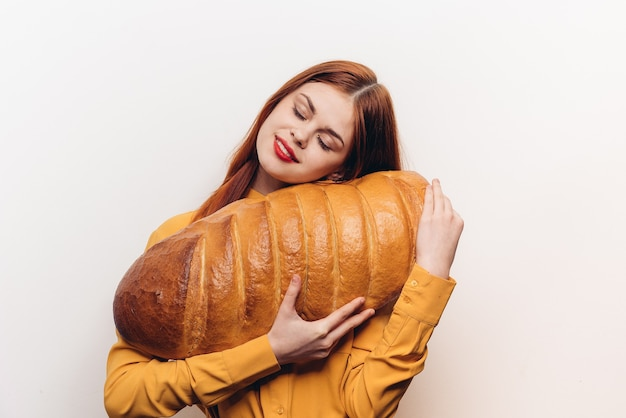 Donna con una grande pagnotta di pane fresca