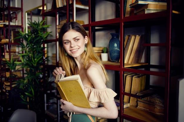 Donna con il libro in mano la lettura della biblioteca rilassante nella caffetteria.