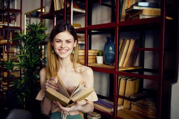 Donna con il libro in mano la lettura della biblioteca rilassante nella caffetteria