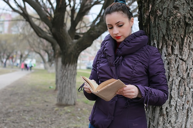Donna con albero libro inverno outdoor