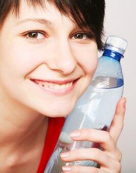 Donna con bottiglia di acqua pulita