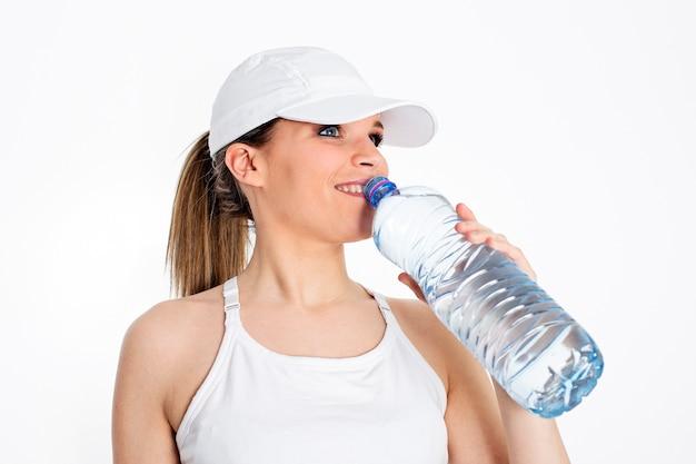 Donna con bottiglia d'acqua dopo lo sport