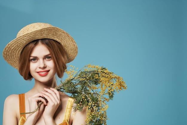 Donna con il mazzo del primo piano di festa del regalo dei fiori della mimosa