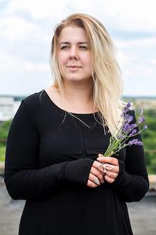 Donna con un mazzo di fiori